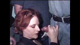 Жінка в чорному з двома білими волоссям секс сестри