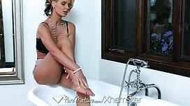 Дівчина пристібається і приймає мою чергу у порно брата і сестри ванній