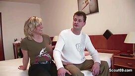 Молода секс брат і сестра жінка, одягнена в обтягуючі шорти